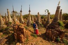 Shwe Indein - święty miejsce blisko Inle jeziora, Myanmar Obraz Royalty Free