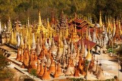 Shwe Indein - święty miejsce blisko Inle jeziora, Myanmar Obrazy Royalty Free