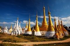 Shwe Indein - sakralt ställe nära Inle sjön, Myanmar fotografering för bildbyråer