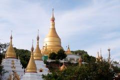 Shwe-Kyat Yat-Pagode auf dem Hügel nahe Ayeyarwady-Fluss auf Myanmar Lizenzfreie Stockfotografie