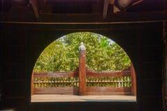 Shwe no escaninho Kyaung é monastério de madeira da teca em Mandalay, Myanmar imagem de stock