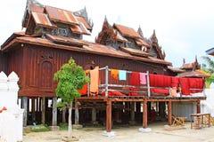 Shwe Yan Pyay Monastery And Monk, Nyaungshwe, Myanmar Imagenes de archivo