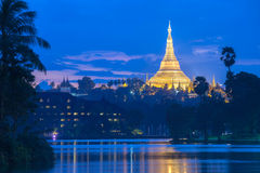 Shwedagon在微明下 免版税库存图片