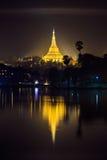 Shwedagon塔在晚上,仰光,缅甸 免版税库存图片
