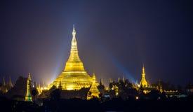 Shwedagon塔在晚上,仰光,缅甸 图库摄影