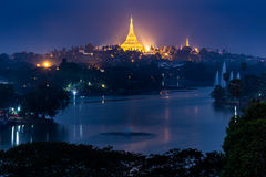 Shwedagon塔在晚上,仰光,缅甸 免版税库存照片