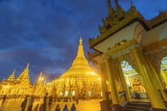Shwedagon塔在晚上 免版税图库摄影