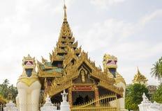 Shwedagon塔大门在仰光,缅甸 免版税库存图片