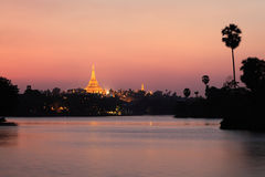 Shwedagon塔日落 图库摄影