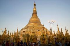 Shwedagon塔灰浆在晚上微明下 缅甸仰光 库存图片