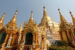 Shwedagon塔金黄stupa在仰光 图库摄影