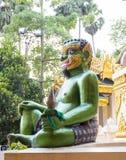 Shwedagon塔绿色邪魔雕象在仰光,我 库存图片