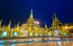 Shwedagon金黄塔在晚上,仰光,缅甸 库存图片