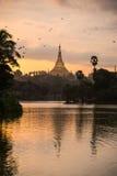Shwedagon dans le coucher du soleil Photo libre de droits
