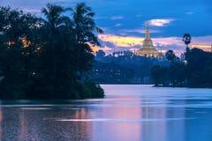 Shwedagon in der Dämmerung Stockbilder
