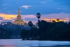 Shwedagon in der Dämmerung Stockfotografie