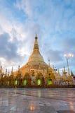 Shwedagon en salida del sol imagen de archivo libre de regalías