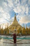 Shwedagon im Sonnenaufgang Stockbilder