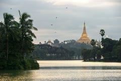 Shwedagon im Sonnenuntergang Stockfotos