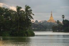Shwedagon im Sonnenuntergang Lizenzfreie Stockfotos