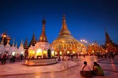 Shwedagon onder Schemering, Myanmar Stock Afbeeldingen