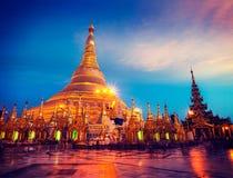 Shwedagon pagod i aftonen Royaltyfri Bild