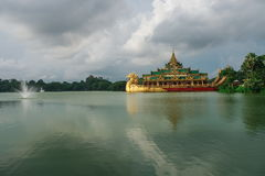 Shwedagon pagod och kandawgyisjö Royaltyfria Foton