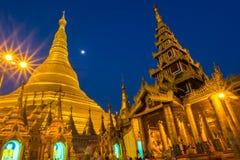 Shwedagon pagod på natten Arkivfoton