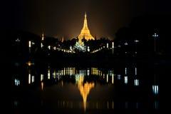 Shwedagon pagod på natten i Yangon Arkivbild