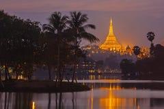 Shwedagon Pagoda i skymning Royaltyfria Foton