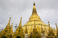 Shwedagon-Pagode in Rangun mit dem Tempel bedeckt mit Foliengold Stockfotos
