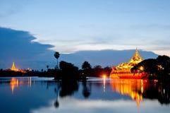 Shwedagon Pagode und Karaweik Palast Stockfotografie