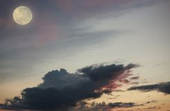 Shwedagon Pagode in Yangon (Myanmar) Nächtlicher Himmel und Licht des Mondes Lizenzfreies Stockfoto