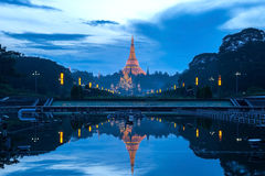 Shwedagon pagonda的反射 图库摄影