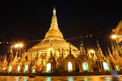 Shwedagon Paya塔在夜间仰光 免版税库存图片