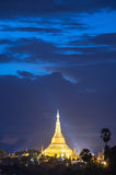 Shwedagon in schemering Stock Foto's