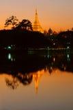 Shwedagon und seine Reflexion nachts Stockbilder