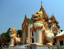shwedagon yangon pagoda myanmar входа chinthe гигантское Стоковое Изображение