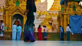Shwedagonpagode het schoonmaken in elke avond stock footage