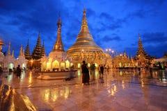 Shwedagonpagode met bezinning en schemering stock foto's