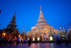 Shwedagonpagode in Myanmar/Birma in schemer stock fotografie