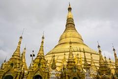 Shwedagonpagode in Rangoon met tempel met foliegoud dat wordt behandeld Stock Foto's