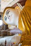Shwethalyaung斜倚的菩萨 Shwe Thar Layung塔 Bago,缅甸 缅甸 斜倚的菩萨的一个巨大的雕象 库存照片