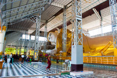 Shwethalyaung возлежа Будда Пагода Shwe Thar Layung Bago, Мьянма Бирма Огромная статуя возлежа Будды стоковые изображения