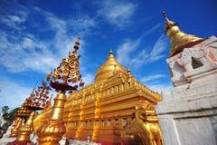 Shwezigon塔,著名为它的金叶子stupa在Bagan 库存图片