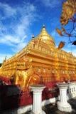 Shwezigonpagode, beroemd voor zijn bladgoudstupa in Bagan Stock Fotografie