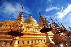Shwezigonpagode, beroemd voor zijn bladgoudstupa in Bagan Royalty-vrije Stock Fotografie