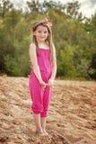 Shy милая девушка представляя на пляже в парке Стоковое Изображение RF