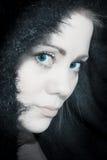 Shyly sinnlig ung kvinna i halv profil Royaltyfri Bild