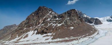 Shymbulak blauwe hemel en bergen Royalty-vrije Stock Foto's